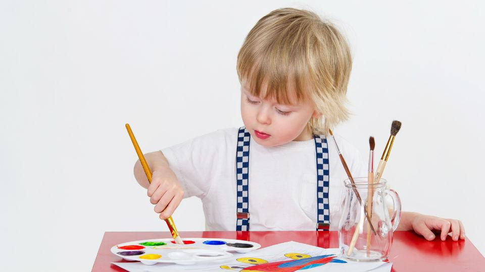 Melukis sangat berguna untuk melatih koordinasi saraf sensorik dan motorik anak